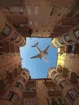 一架飞机正好从楼道顶飞过